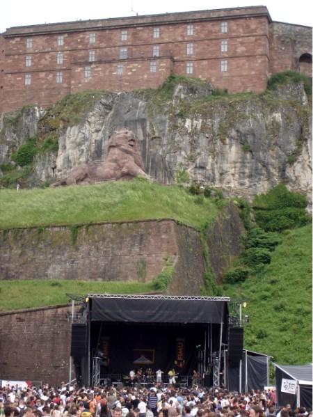 Am Fuß der Festung gibt es nur noch Gitarrensalven.