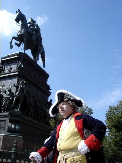 Der Alte Fritz vor seiner eigenen Statue.