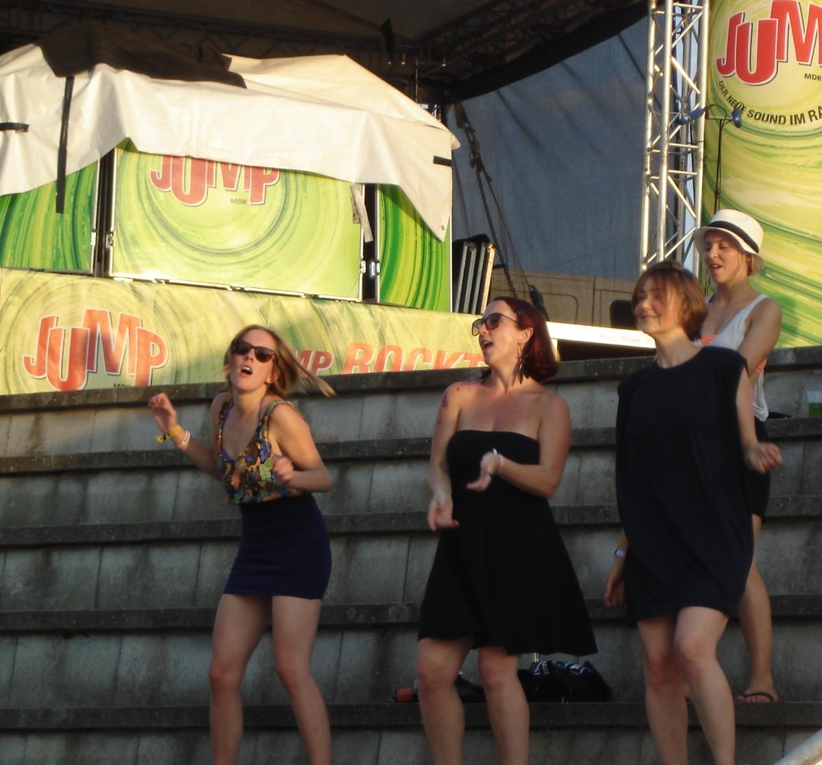 Die Sache mit dem Jump haben diese jungen Damen wohl nicht so ganz verstanden.