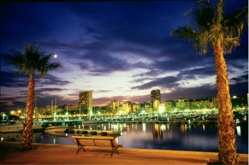 Nachts wird der Hafen von Alicante zur Partyzentrale. Foto: Alicante Tourism Board