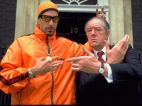 Ali G (Sacha Baron Cohen, links) wird zum Berater des Ministerpräsidenten.