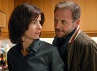 Agnes (Sylvana Krappatsch) betrügt ihren Ehemann Walter (Samuel Fintzi).