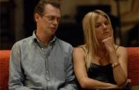 Pierre (Steve Buscemi) versucht, ein Interview mit Katya (Sienna Miller) zu führen.