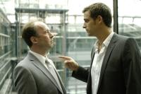 Oskar (Ulrich Noethen, links) hasst seinen neuen Chef Raphael (Max von Thun). Foto: ZDF/Oliver Feist
