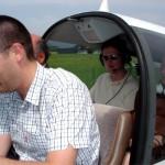 Keine Sorge: Der Pilot ist der junge Mann vorne. Ich genieße nur den Rundflug über die Franch-Comté.