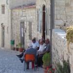 Die alten Leute in Mittelmeerländern machen nie etwas anderes, als pittoresk in engen Gassen rumzusitzen.