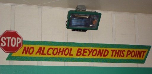 Dieses Schild hängt in einer Bar. Und ist ernst gemeint.