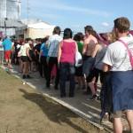 Nicht die Schlange am Dixie-Klo, sondern die Wartenden bei der Autogrammstunde von Jennifer Rostock.
