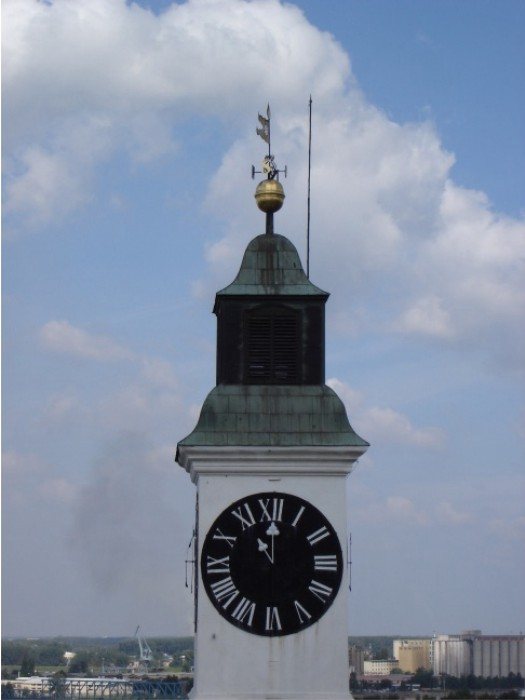 Fünf vor zwölf: Auf dieser Uhr sind die Zeiger vertauscht. Der große zeigt die Stunde an, damit auch die vorbeifahrenden Schiffe auf der Donau ihn erkennen können.