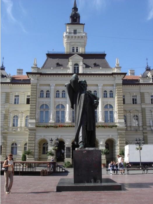 Das Rathaus von Novi Sad. Davor das Denkmal für Svetoslav Miletic, den ehemaligen Bürgermeister.