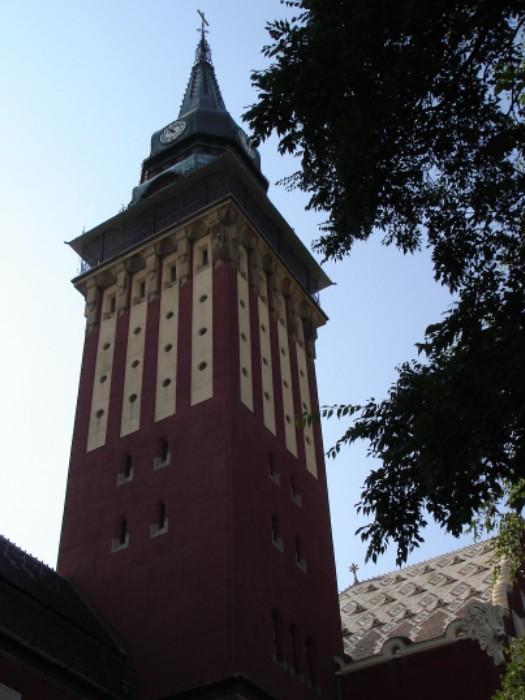 Der Turm der wunderschönen Stadthalle in Subotica.