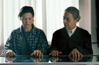 Traude Krüger (Monica Bleibtreu, rechts) entdeckt das Talent von Jenny (Hannah Herzsprung).