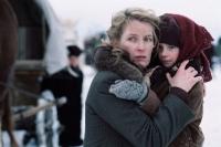 Lena (Maria Furtwängler) muss mit ihrem Gefolge aus Ostpreußen fliehen.