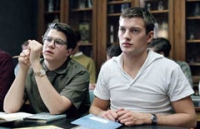 Problemkind Erik (Andreas Wilson, rechts) versucht vergeblich, an seiner neuen Schule brav zu bleiben.