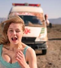 Für Marissa (Theresa Scholze) werden ihre Flitterwochen zum Horrortrip.