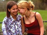 Agnes (Rebecca Liljeberg, links) freundet sich mit Elin (Alexandra Dahlström) an.