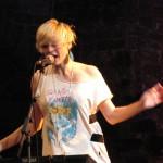 Wenn Minki Warhol singt, ist sie voll da. Wenn nicht, wirkt sie fast wie abwesend. Aber immer noch sexy.