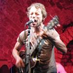 Sänger Klaus Cornfield wird manchmal fast von seiner Gitarre erdrückt.