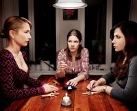 Beate, Jenny und Doris (von links) sinnen auf Rache.