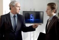 Geschäftsführer Ulf Kamprath (August Zirner) nimmt Praktikant Ben (Roman Knizka, rechts) unter seine Fittiche.