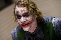 Der Joker (Heath Ledger) hält nicht nur die Polizei von Gotham in Atem, sondern auch die Mafia.