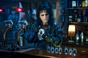 Alice Cooper ist abstinent, aber trotzdem gerne Barkeeper. Foto: obs/Saturn