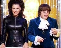 Austin Powers (Mike Myers) und Ms Kensington (Elizabeth Hurley) jagen den fiesen Dr. Evil.