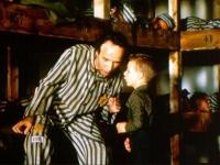 Für seinen Sohn inszeniert Guido (Roberto Benigni) das Leben im KZ als Spiel.