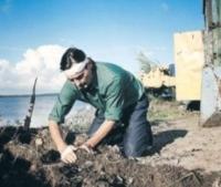 M (Markku Pentola) glaubt, dass er ein Bauer ist - aber er kann sich nicht erinnern.
