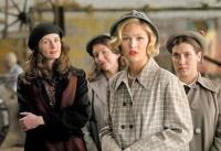 Katherine Watson (Julia Roberts, links) will ihren Schülerinnen beibringen, was Kunst ist.