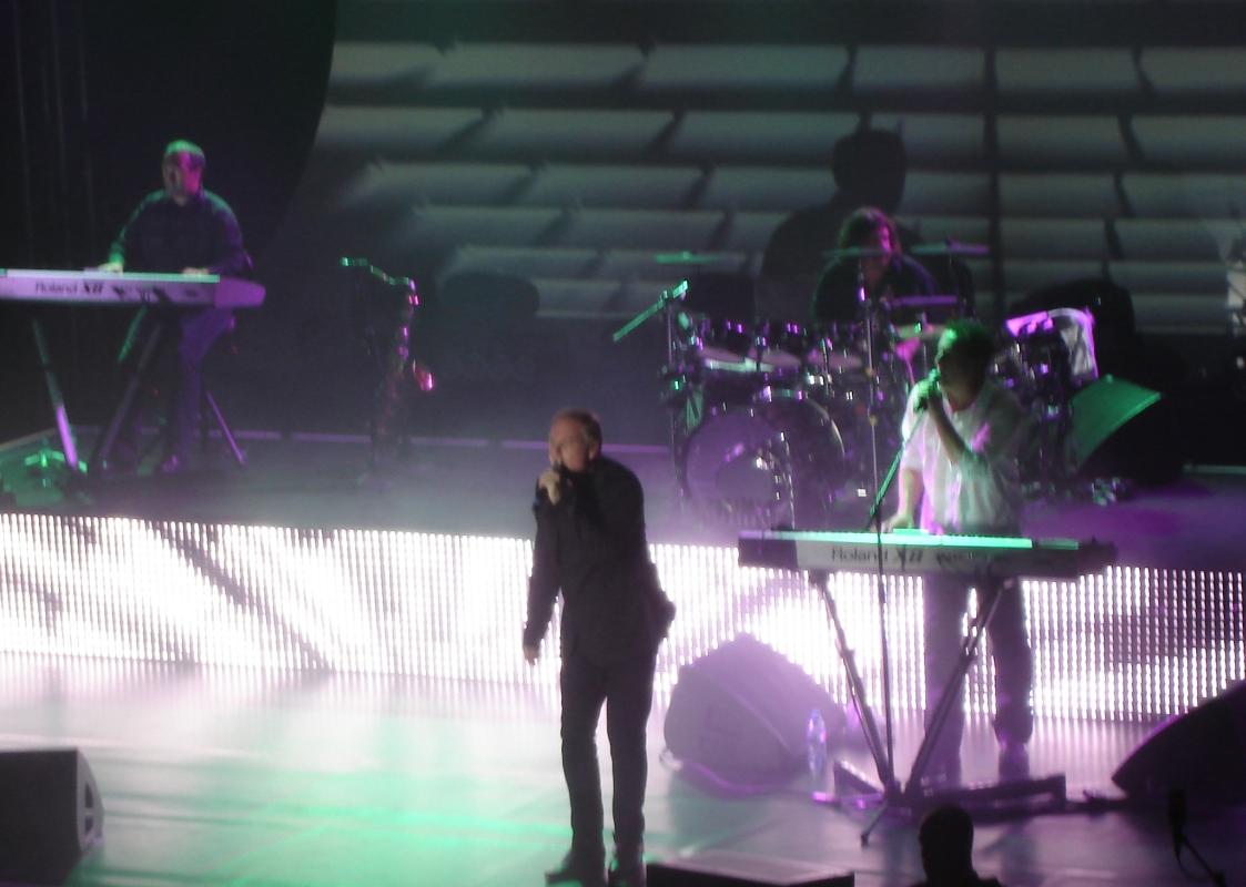Paul Humphreys übernahm bei Forever Live And Die das Mikro.