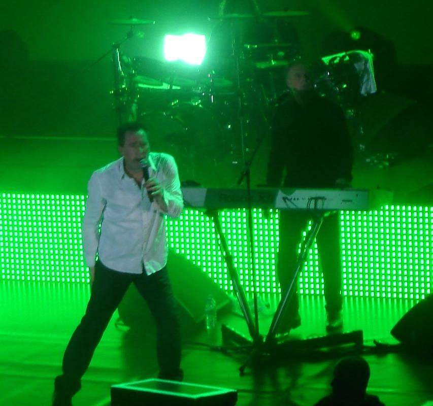 Andy McCluskey hat unverkennbar den staksigen Tanz erfunden, den auch The Rakes gerne aufführen.