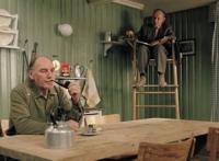 Folke (Thomas Norström) soll Isac in der Küche beobachten.