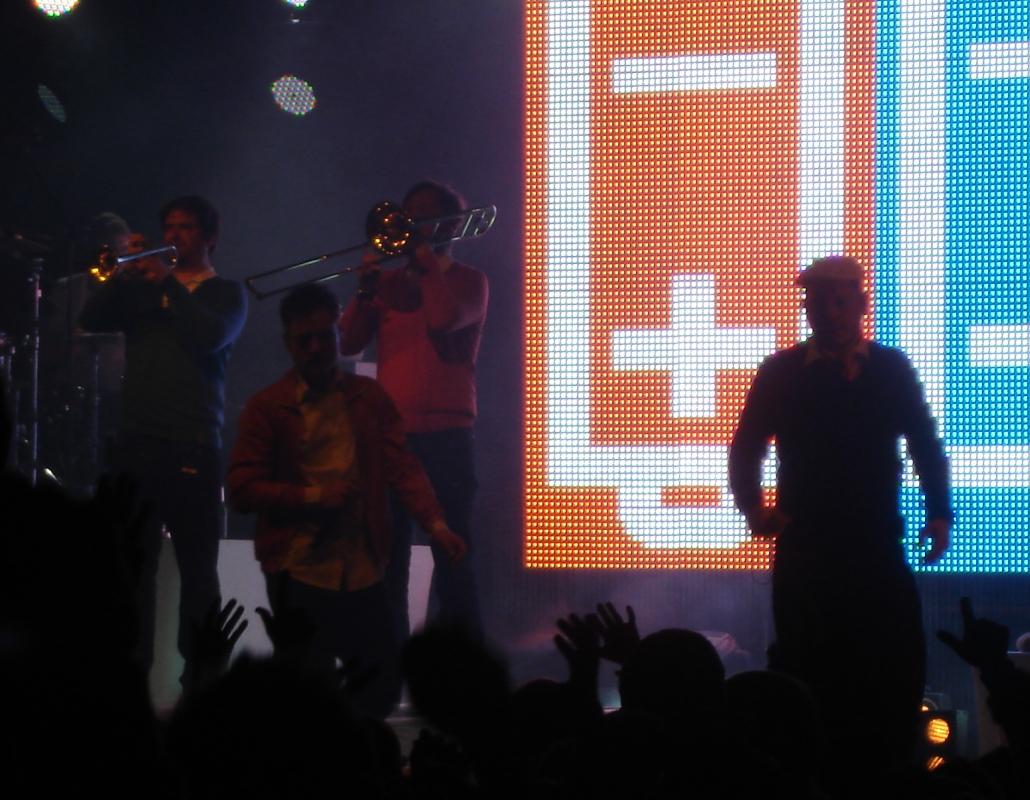 Zwei Bläser, zwei Gitarristen, ein DJ, ein Keyboarder und ein Drummer unterstützten Fettes Brot.