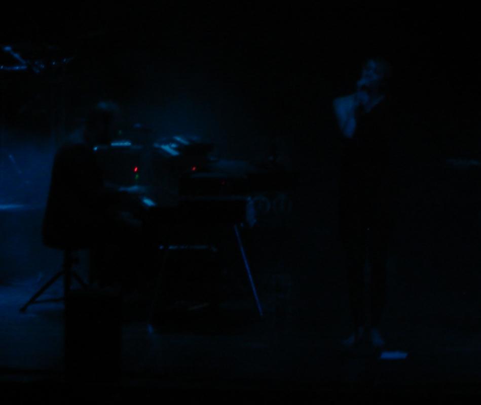 Gerade genug Licht: Das gesicht von Sängerin Eva blieb lange Zeit im Schatten.