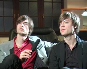 Man glaubt es nicht: Wenige Minuten zuvor haben diese freundlichen jungen Männer noch Gitarren zerschmettert.