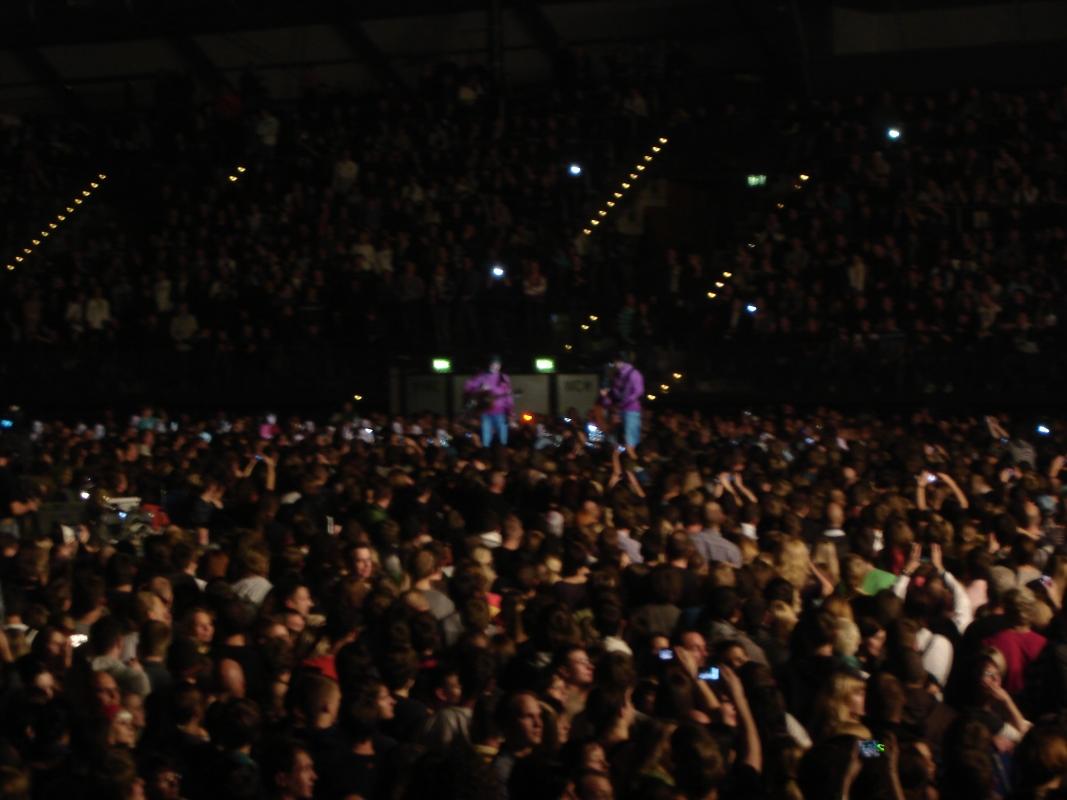 Den ersten Teil der Zugabe spielten die Sportfreunde Stiller auf einer kleinen Bühne inmitten der Arena.