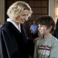 Richterin Lena Kalbach (Michaela May) liegt das Wohl des kleinen Moritz am Herzen.