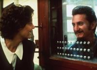 Schwester Helen (Susan Sarandon) steht dem Häftling Matthew Poncelet (Sean Penn) bei.