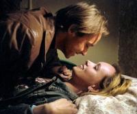 Tobias (Jonas Karlsson) verliebt sich in Carola (Livia Millhagen).