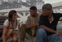 Marcus Burnett (Martin Lawrence) und Mike Lowrey (Will Smith) müssen die Geisel Julie (Tea Leoni, von rechts) beschützen.
