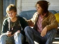 Gilbert Grape (Johnny Depp, rechts) kümmert sich um seinen behinderten Bruder Arnie (Leonardo Di Caprio).