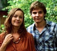 Alex (Daniel Brühl) spielt seiner Mutter (Katrin Saß) das Weiterleben der DDR vor.