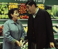 Boris (Alfred Molina) will den Tod von Betty (Brenda Blethyn) vortäuschen.