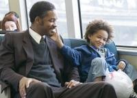 Chris Gardner (Will Smith) muss seinen Sohn Christopher (Jayden Smith) bei Laune halten - und einen neuen Job finden.