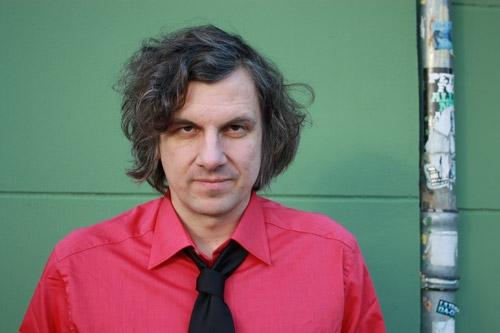 Kristof Schreuf brauchte nur Stimme und Gitarre, um für viel Spannung zu sorgen. Foto: Buback