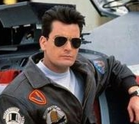 Topper Harley (Charlie Sheen) ist ein wagemutiger Kampfpilot.