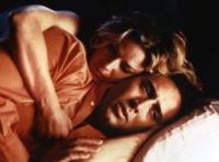 Ben (Nicolas Cage) trinkt sich vor den Augen von Sera (Elisabeth Shue) zu Tode.