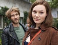 Resa (Rosalie Tomass) und Oskar (David Rott) treffen sich nach vielen Jahren wieder.