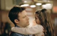 Ollie Trinke (Ben Affleck) muss seine Tochter (Raquel Castro) alleine großziehen.